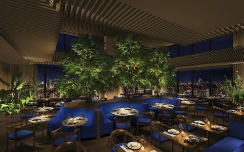 「東京エディション虎ノ門」31階ロビーの一角を占めるレストラン「The Blue Room」のオフィシャルイメージ。サファイアのブルーから着想を得ている。クリエイティブディレクションを手掛けるシュレーガー氏は、プロモーションまで含めて厳密なコントロールを重視する。館内の写真に関してSNS利用は妨げられていないが、商業メディア上ではプレス向けに用意されたイメージの利用が求められている(以下同)(写真:マリオット・インターナショナル)