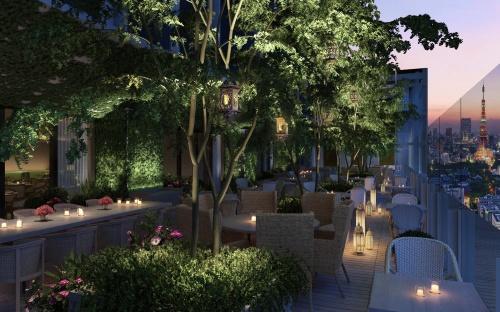 31階、74席の高層階屋外テラスダイニング&バー「Garden Terrace」のオフィシャルイメージ。植物、木、低木を館内に配するために、140tに及ぶ肥沃土を埼玉県から運び込んだ(写真:マリオット・インターナショナル)