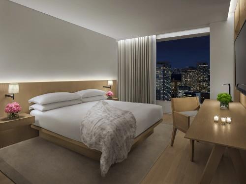 客室のオフィシャルイメージ。宿泊料金はフレキシブルで1泊1室約6万円以上を想定している(開業時リリース時点)。ベッド上に無造作に置かれたような羽毛寝具をはじめインテリア要素は、その置き方までシュレーガー氏がスタイリングしたもので、チェックインの度に写真を見ながら再現する手続きになっている(写真:マリオット・インターナショナル)