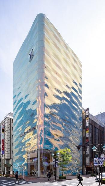 東京・銀座に新装オープンした店舗「LOUIS VUITTON GINZA NAMIKI(ルイ・ヴィトン 銀座並木通り店)」。ガラスのファサードが輝き、ひときわ目立つ(写真:北山 宏一)