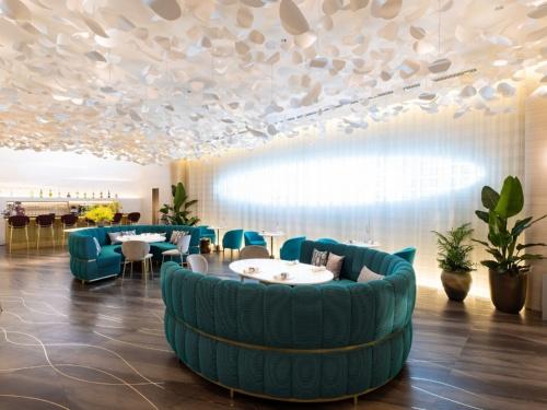 店舗に併設したカフェ「LE CAFE V(ル・カフェ・ヴィー)」(写真:北山 宏一)