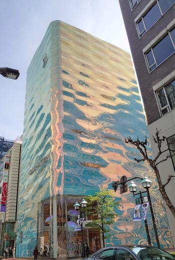 波打つガラスのファサードは、青やオレンジに見える(写真:日経クロステック)