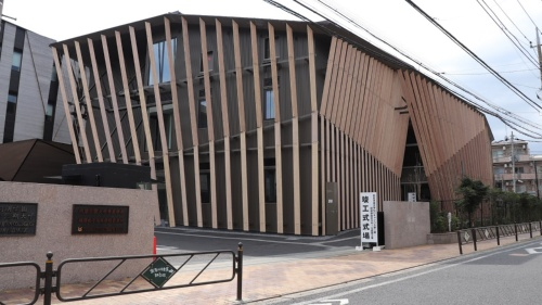桐朋学園宗次ホールの外観。木製ルーバーは楽器の弦をイメージした(写真:日経アーキテクチュア)