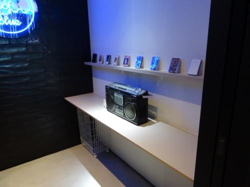 「LAUNDRY and MUSIC」と名付けたランドリーにはラジカセを置いている。洗濯機を回している間、ラジカセで音楽を楽しめる(写真:日経アーキテクチュア)