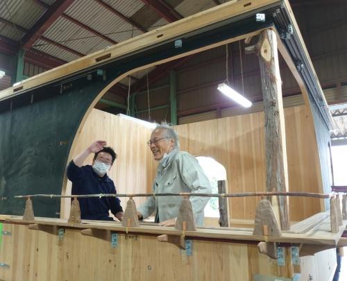 東京大学名誉教授で、江戸東京博物館の館長を務める藤森照信氏(右)。ユニークな茶室づくりで知られる。専門は建築史。藤森氏の隣は筆者(写真:日経クロステック)