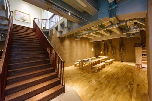 2021年4月26日に全面開業した「神田ポートビル」。既存ビル地上1階の床スラブを一部開けて、大階段を新設した(写真:安田不動産)