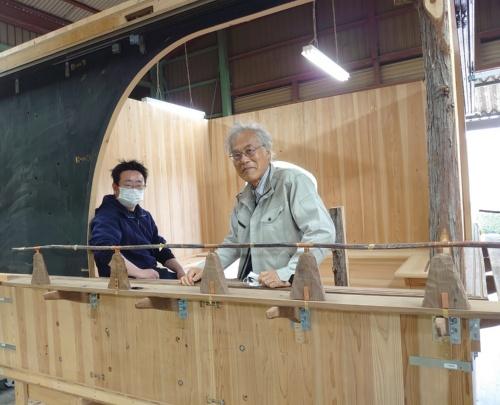 東京大学名誉教授で、現在は江戸東京博物館の館長を務める藤森照信氏(右)。フリースタイルの茶室を数多く手掛けてきた(写真:日経クロステック)