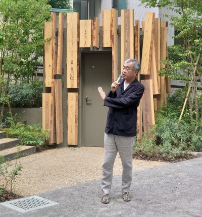トイレの前で会見した隈研吾氏。公共トイレをデザインしたのは約30年ぶり、2回目だといい、トイレには強い思い入れがあるという(写真:日経クロステック)