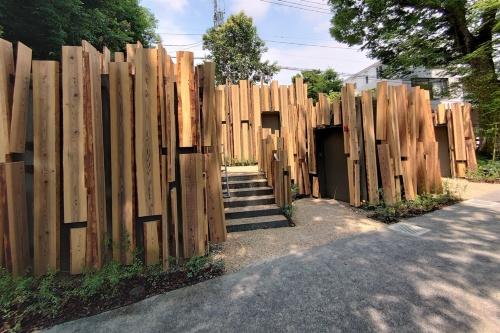 用途別トイレが3つ、隣り合う小便トイレが2つある。さらに防災倉庫(写真左)がある(写真:日経クロステック)