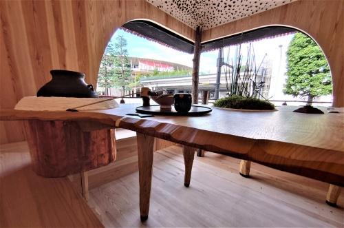 茶室の中央にあるテーブル越しに見た開口(窓)方向 (写真:日経クロステック)