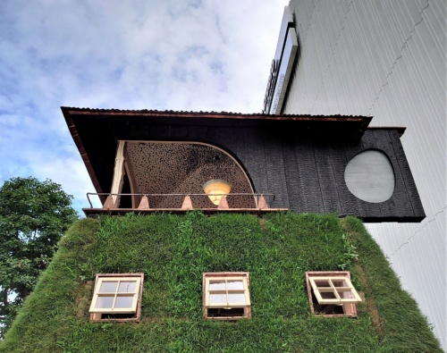 茶室の外壁は焼きスギで仕上げた。茶室下の基壇の外壁は芝で覆い、小窓を設けた(写真:日経クロステック)