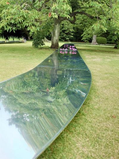 鏡面加工した水路に木々が映る(写真:日経クロステック)