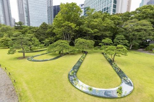パビリオンの設置場所は、東京都中央区にある「浜離宮恩賜庭園」。写真は庭園の入り口から順路に沿って進むと、最初に目に飛び込んでくるパビリオンのある景色。写真左の通路に沿って見学する。芝生の中には入れないので、遠目に観賞することになる(写真:北山 宏一)