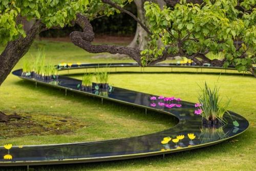 庭園に植えられた木々の間を縫うように、水路を設けた(写真:北山 宏一)