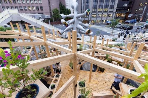 藤原氏が設計したパビリオン「ストリート ガーデン シアター」の頂上から青山通りを見下ろす(写真:北山 宏一)