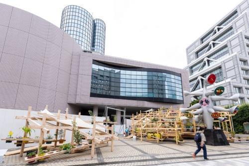 ストリート ガーデン シアターは大小2つのパビリオンで構成。後方の建物が旧こどもの城。東京五輪期間中はボランティア拠点として使われる(写真:北山 宏一)