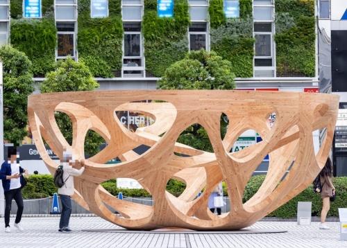 平田晃久氏のパビリオン「Global Bowl」。高さは3m、横幅は6.7mある。木のお椀は見る方向や距離、時間帯で異なる表情を見せる(写真:北山 宏一)