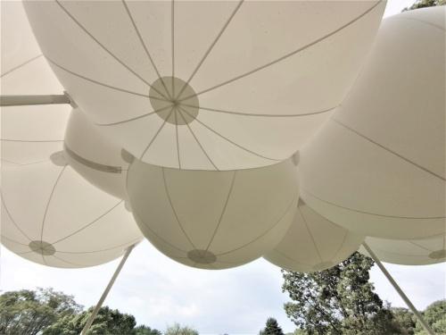 パビリオンを下から見上げる。バルーンの大きさを実感できる。バルーンは日差しを遮る屋根にもなる(写真:日経クロステック)