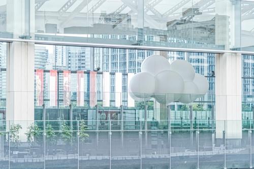2020年3月に開業した新駅「高輪ゲートウェイ駅」の改札内に設置された雲のパビリオン(写真:後藤 秀二)