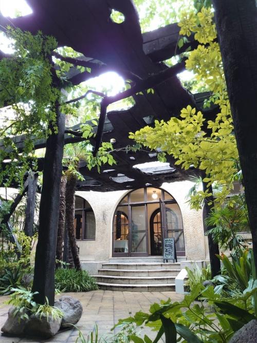邸宅にあるアーチ型の出入り口前に、パビリオンが広がる。この出入り口から邸宅に入ると、日中は食事をしたり、お茶を飲んだりできる(写真:日経クロステック)