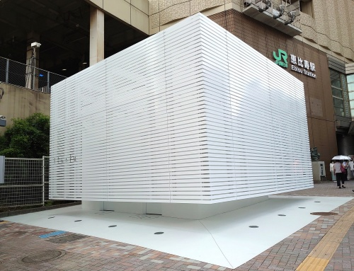 渋谷区のJR恵比寿駅に隣接する「恵比寿駅西口公衆トイレ」。真っ白な箱のような外観が特徴。デザインはクリエーティブディレクターの佐藤可士和氏が担当した(写真:日経クロステック)