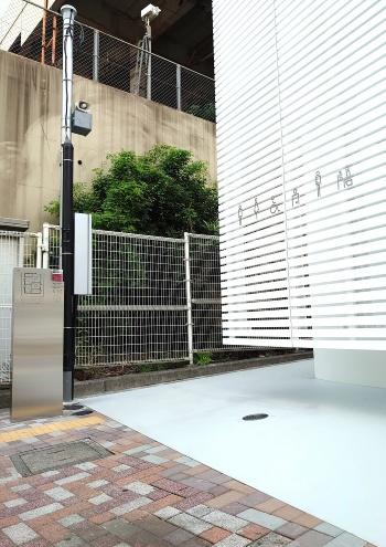 トイレの入り口は、施設の裏手(JRの線路側)にある。アルミルーバーは宙に浮いている。佐藤可士和氏がデザインしたピクトサイン以外は、公衆トイレを思わせるものが歩道からは見当たらない(写真:日経クロステック)