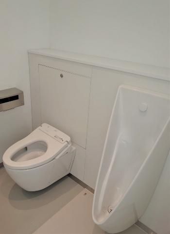 トイレブースの中も真っ白だ。トイレ機器はTOTOが担当(写真:日経クロステック)