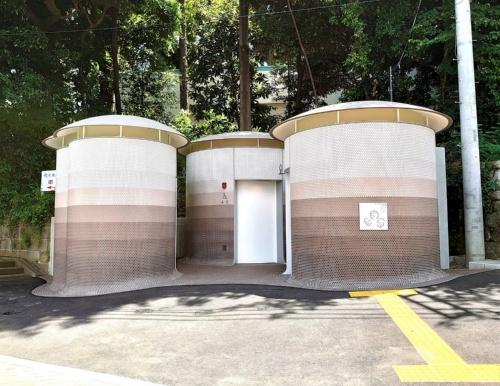 建築家の伊東豊雄氏がデザインした「代々木八幡公衆トイレ」。地面からキノコが生えてきたような独立したトイレが3棟並ぶ(写真:日経クロステック)