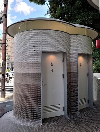 女子トイレの建物は「双子のキノコ」のような形状をしている(写真:日経クロステック)