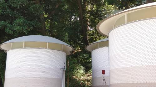 円盤型のステンレス屋根が架かる(写真:日経クロステック)