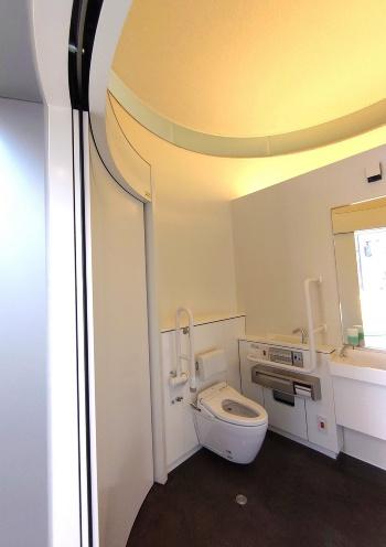 トイレ内部も円形だが、直線の壁を立ててトイレ機器を設置している。中央の「だれでもトイレ」は床面積が7.84m<sup>2</sup>と広く、天井も高い(写真:日経クロステック)