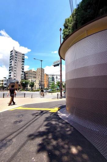 代々木八幡公衆トイレは、交通量が多い山手通り沿いに立つ(写真:日経クロステック)
