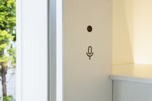 ドアの開け閉めなどを音声で操作できる。個室内にマイクが仕込まれている(写真:永禮 賢、提供:日本財団)