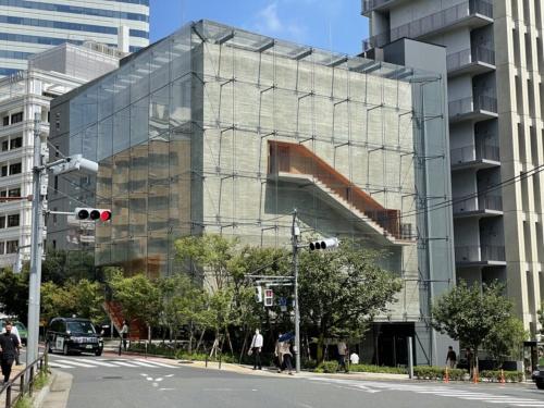 東京都千代田区に完成した「紀尾井清堂」。建て主である一般社団法人倫理研究所のオフィス向かいに位置する(写真:日経アーキテクチュア)