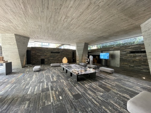1階ピロティの内観。北から南に向かって下る、高低差のある敷地に建てたため、地上1階でも地下のようなひんやりとした空間となっている(写真:日経アーキテクチュア)