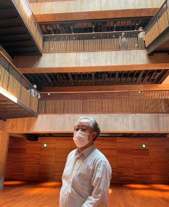建物の説明をする内藤廣氏(写真:日経アーキテクチュア)