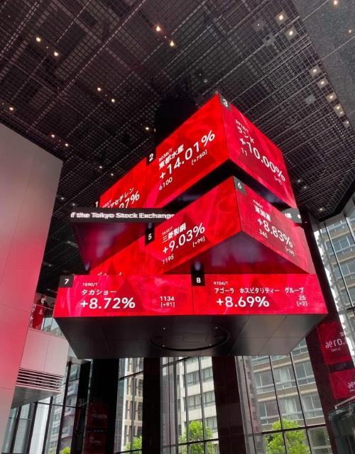 アトリウムに設置されたキューブ状の大型LEDディスプレー「The HEART」(写真:noiz)