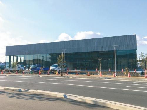 このショールーム(山口県周南市)は「建築物のエネルギー消費性能の向上に関する法律(建築物省エネ法)」で定める「特定建築物」として、省エネ基準への適合性判定の対象になった。主要用途は、カー用品の販売と整備工場である。(撮影:FLAT HOUSE)