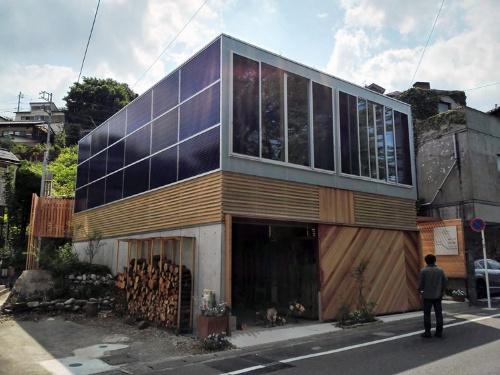 杉浦伝宗氏が設計し、2017年4月に川崎市に完成した「多目的コミュニティスペース」。木造2階建てで延べ床面積は155.52m2。1階は木工のワークスペースと倉庫、2階はペットサロンとサロン・ギャラリー。BIPVとして両面ガラスの太陽光発電モジュール計42枚(トップライト6枚、開口部36枚)を導入。太陽電池の容量は11.56kW(写真:トリナ・ソーラー・ジャパン)