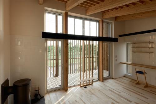 西南に向いた縦格子付きのテラスをリビングから見る(写真:北海道)