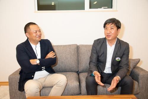 住宅の省CO2化に取り組むP.V.ソーラーハウス協会会長の南野一也氏(右)と、札幌市で高性能住宅を手がける棟晶常務取締役の齊藤克也氏(写真:新津写真)