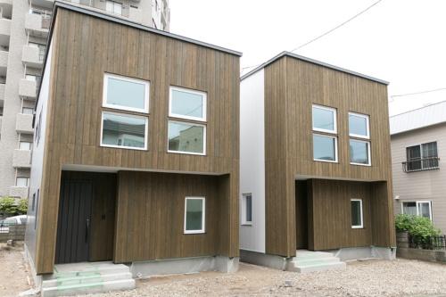 2018年6月、札幌市豊平区に完成した棟晶の普及版高性能住宅「中の島プロジェクトA棟、B棟」。設計はSiZE(福岡市)。木造2階建て。延べ床面積は両棟ともに107.24m2。販売時は太陽光発電は未導入だが、屋根面に必要量を搭載すればLCCM住宅になるよう設計している。対談はA棟の2階で行った(写真:棟晶)