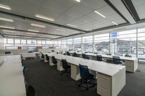 テラル本社事務所棟2階の執務エリア。南面と東面は床から天井までの開口とした(写真:小林 浩志)