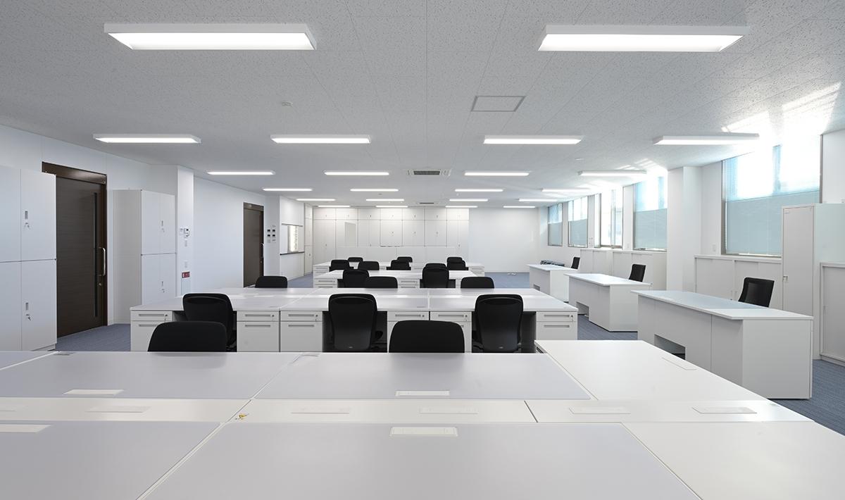 2階の事務所スペース。上下に2分割したブラインドはそれぞれ角度を調整できる(写真:須山建設)