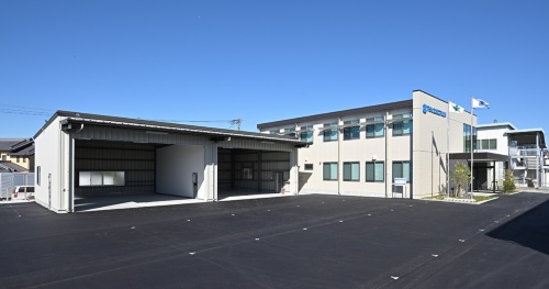 南西に面した2階事務所の開口の外側にライトシェルフを設置。反射により室内の奥まで光を届かせる(写真:須山建設)