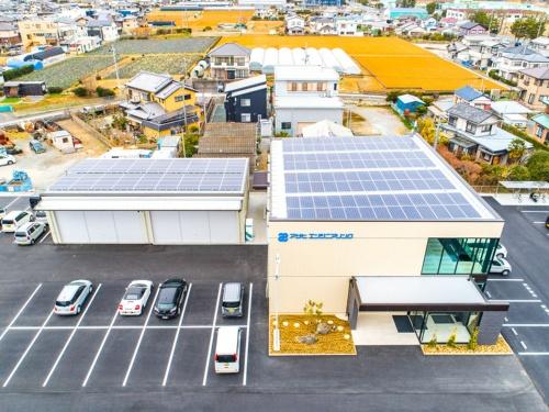 新社屋とその西側に並ぶ倉庫の屋根全面に合計59.78kWの太陽光発電パネルを設置した(写真:須山建設)