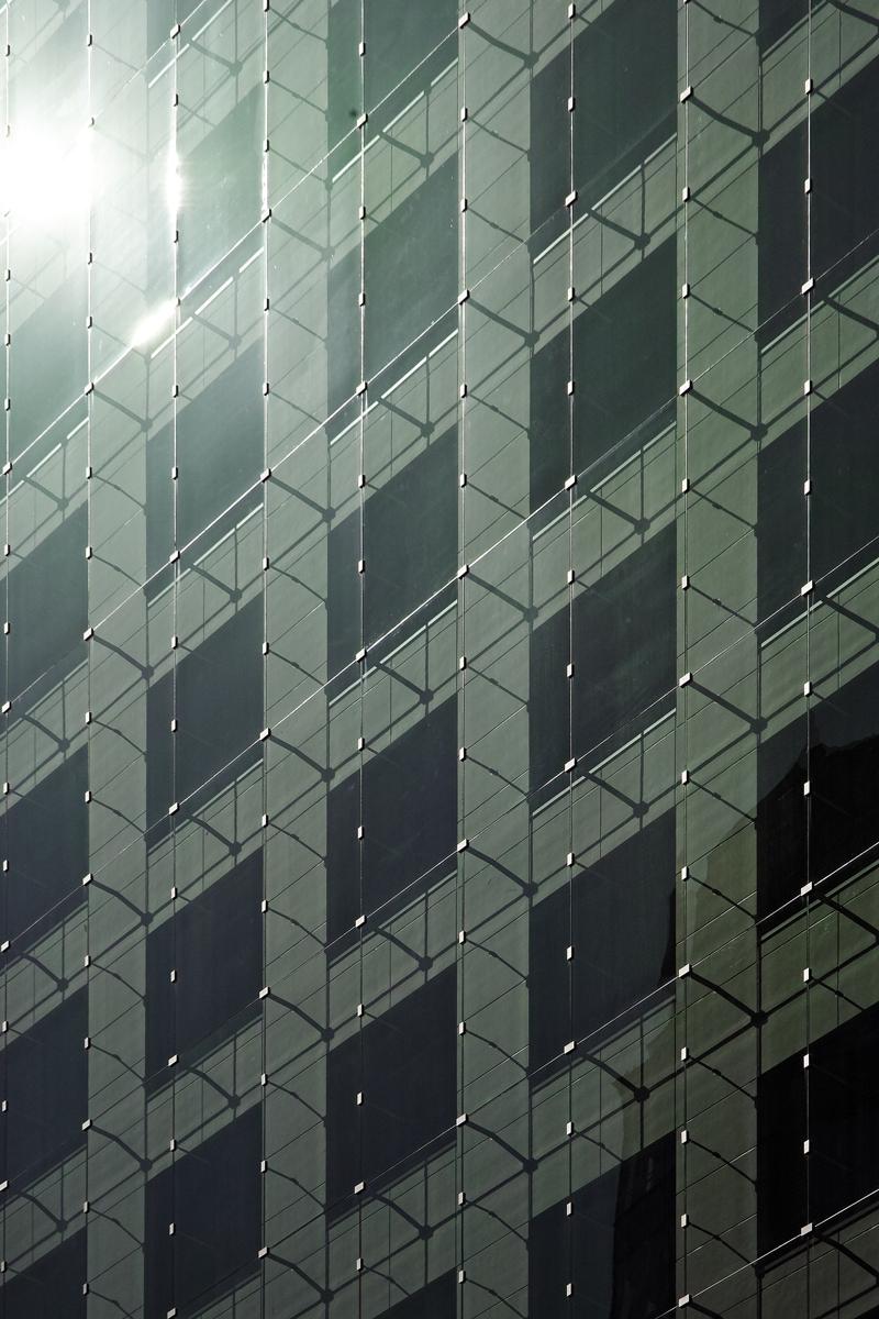 ダブルスキンの詳細。石張りの建物の外側を合わせガラスのアウタースキンで覆った (写真:近畿産業信用組合)
