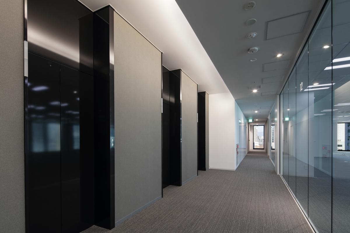 基準階エレベーターホール。廊下の突き当たりからも採光し、明るさを確保した(写真:近畿産業信用組合)