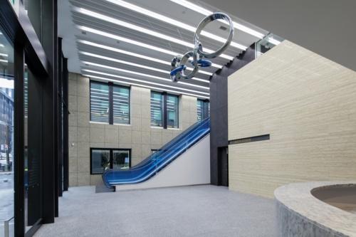1階のエントランス。2階の営業室と吹き抜けでつながっている(写真:近畿産業信用組合)