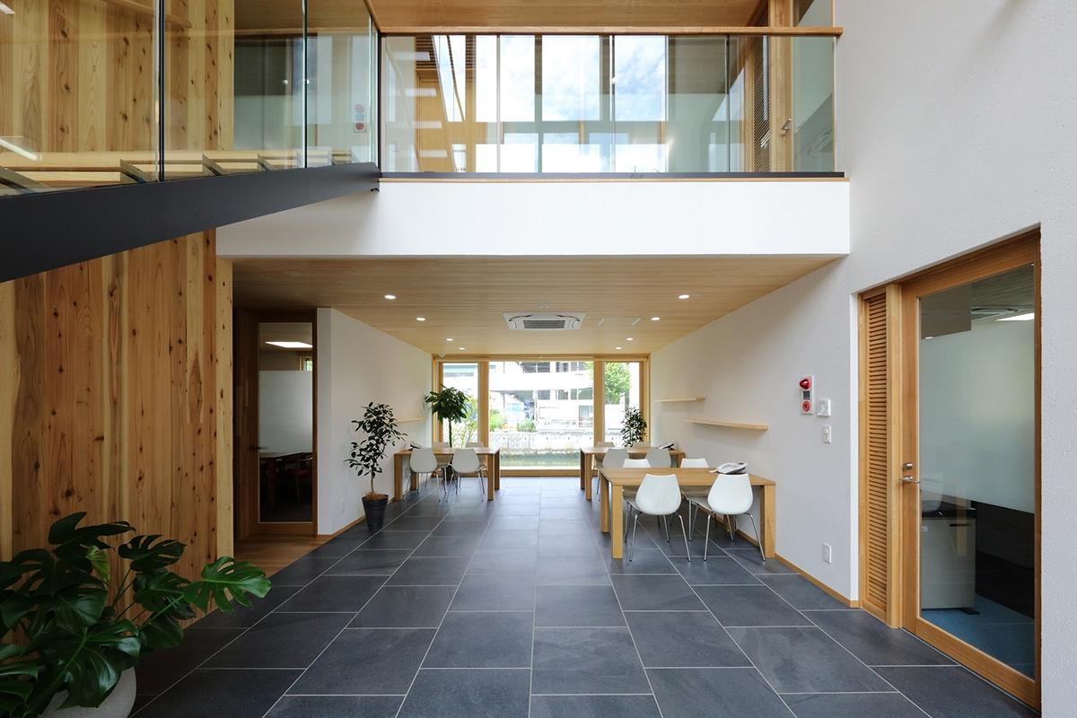 ザイソウ正木ビルの1階ホール。入り口に直結し、3層吹き抜けの打ち合わせスペースになっている(写真:材惣DMBホールディングス)